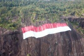 Bendera Merah Putih raksasa dibentangkan di Bukit Kelam