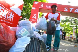 Jalan Sehat Sambil Memungut Sampah