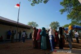 Warga korban tsunami laksanakan upacara bendera HUT RI Ke-74 Page 1 Small