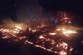 Rumah konstruksi kayu dihuni nenek di Aceh Utara ini ludes terbakar