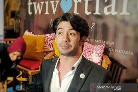 """Reza Rahadian didampingi dokter saat syuting film """"Twivortiare"""""""