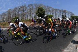 Para pebalap tempuh etape terpanjang Tour d'Indonesia