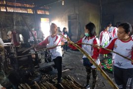 Peserta SMN NTT amati proses pembuatan gula tebu Kerinci