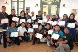 Sekretaris Perusahaan LKBN Antara tutup pelatihan foto wartawan media lokal