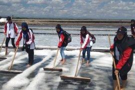SMN Jambi mendapat pengalaman pembuatan garam