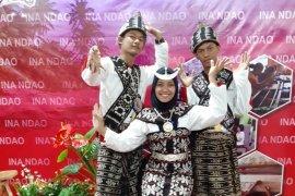 """Tiga peserta SMN Jambi mengenakan kain tenun """"Ina Ndao"""""""