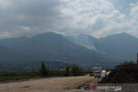 Lahan hutan Gunung Guntur terbakar, petugas gabungan berupaya padamkan api