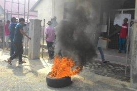 Bakar ban, Kantor Desa Padang Panyang disegel ratusan warga