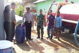 Bhabinkamtibmas Polsek Sungailiat salurkan 5.000 liter air bersih