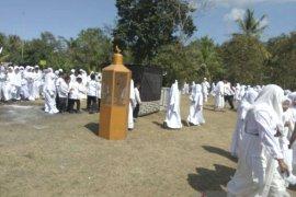 Ratusan murid MI Jembrana latihan manasik haji