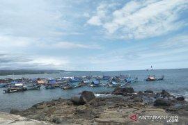 Nelayan Cianjur alih profesi buruh tani saat tidak bisa melaut