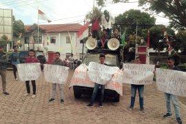 Mahasiswa demonstrasi desak Ketua Bawaslu SBT dicopot