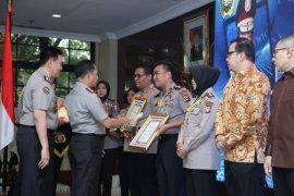Kabid Humas Polda Banten Kombes Pol Edy Sumardi  raih penghargaan Kapolri