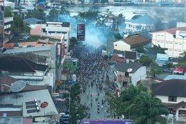 Aparat di Papua halau massa dengan gas air mata