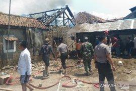 Delapan rumah terbakar diduga akibat arus  pendek