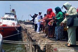 Antara TV - Wagub Babel Tabur Bunga di Pelabuhan Pangkalbalam