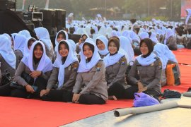 Ribuan Polwan Polda Jatim doakan Indonesia damai