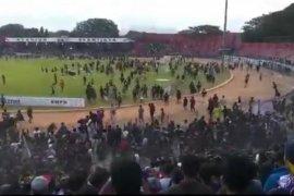 Bentrok suporter usai laga Persik vs PSIM, sejumlah penonton terluka