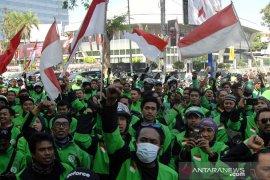 Aksi protes pengemudi Gojek di Makassar Page 2 Small