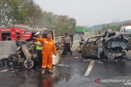 Lima belas mobil terlibat kecelakaan tol Cipularang, diantarannya terbakar