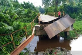 Akses ribuan warga di Aceh Barat terganggu akibat jembatan  besi putus