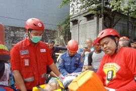 PMI bantu evakuasi penerjun tersangkut menara BTS di Bogor
