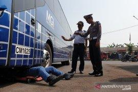 Petugas gabungan cek kendaraan dan tes urine sopir di terminal Cianjur