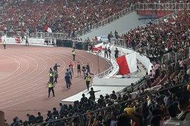 Laga Timnas Indonesia versus Malaysia sempat dihentikan karena ricuh suporter