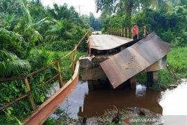 Aceh Barat bangun jembatan ambruk untuk tingkatkan ekonomi  warga