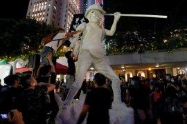 """Demonstran pro demokrasi  Hong Kong naikkan patung """"Lady Liberty"""""""