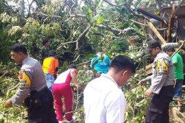 BPBD Solok Selatan catat  88 unit bangunan rusak akibat puting-beliung
