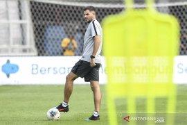 Simon McMenemy merasa masih layak latih timnas Indonesia