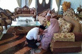Cium kaki ibu, Yamin diminta jangan korupsi oleh sang ayah