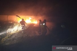 PMI Banjar berjibaku padamkan kebakaran lahan perkuburan yang terus meluas