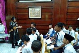 Wali Kota Risma motivasi 48 anak sekolah di Surabaya yang terjaring razia