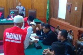 Sembilan terdakwa pembakar Mapolsek Tambelangan disidangkan terpisah
