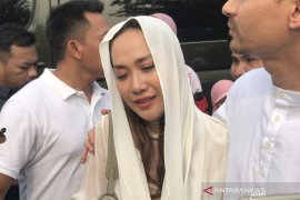 """BCL teteskan air mata lepas kepergiaan """"eyang"""" Habibie"""