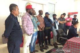 Imigrasi amankan delapan pedagang pakaian asal Nigeria di Pangandaran