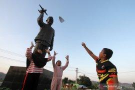Warga Gorontalo ramai kunjungi Monumen BJ Habibie