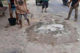 Sering kecalakaan, warga Desa Aek Batu swadaya perbaiki jalan rusak