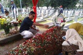 Anak mantan ajudan tinggalkan foto dan surat di makam Habibie