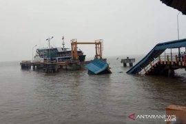 Jembatan pelabuhan roboh, seorang pegawai BPTD hilang terbawa arus