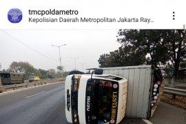Satu unit minibus terguling dan sebagian tutupi jalur Transjakarta di Jalan Sultan Iskandar Muda