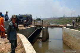 Air Waduk Riam Kanan dialirkan basahi lahan terbakar di bandara