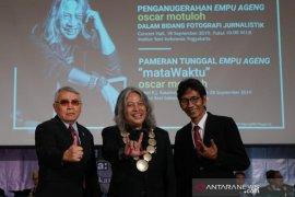 Empu Ageng untuk maestro foto jurnalistik Indonesia Oscar Matuloh