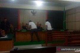 Istri terdakwa kasus korupsi irigasi di Kerinci menangis histeris usai vonis hakim