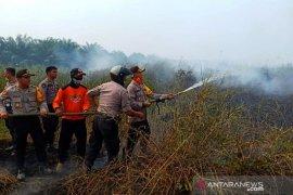 Kapolres HST turun langsung padamkan lahan yang terbakar