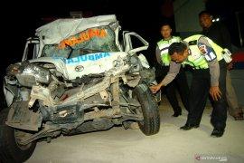 Sembilan orang terluka saat mobil ambulans tabrak empat sepeda motor