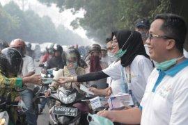 Puluhan Karyawan PLN turun ke jalan bagikan 10 ribu masker