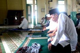 Warga shalat istisqa di masjid tertua di Kalimantan Utara